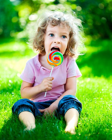 child_with_lollipop